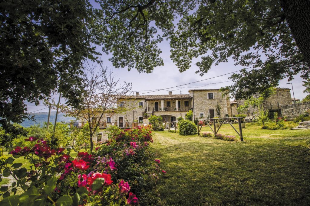 L'agriturismo Il Portone, In un piccolo borgo in pietra, ambienti rustici e cene con i prodotti biologici coltivati in fattoria