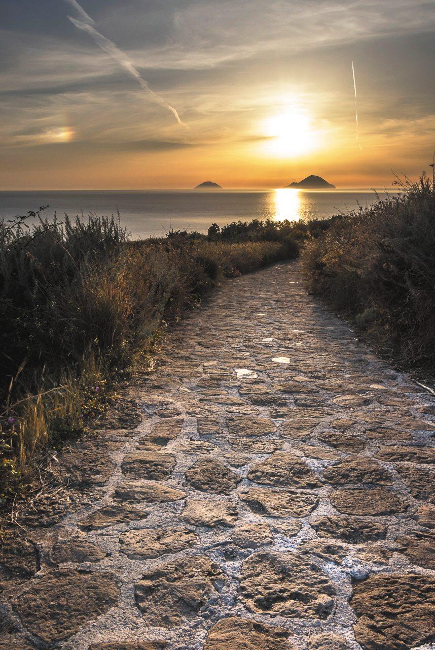 """Lipari, l'isola dolce: da vivere """"slow"""" tra spiagge, trekking e assaggi di storia"""