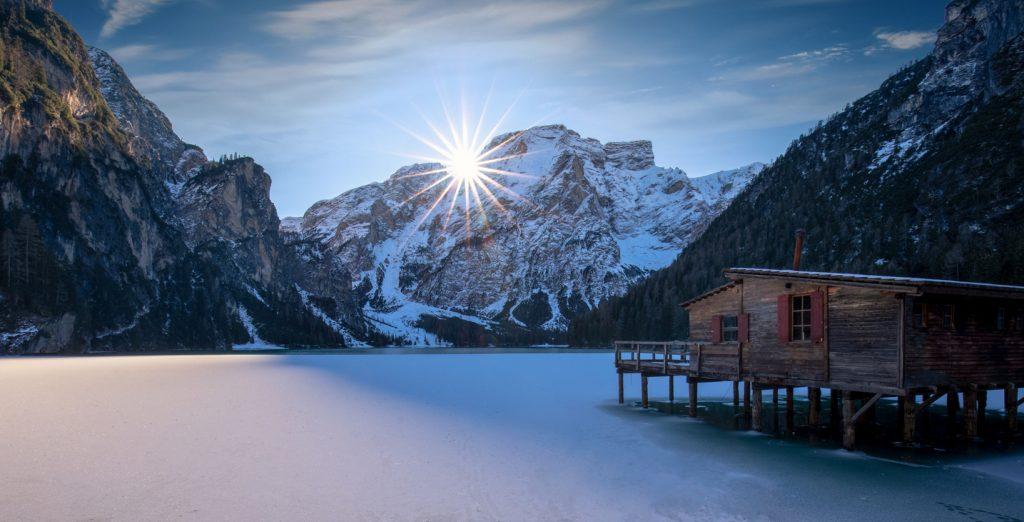 Il lago di braies, nel Parco naturale Fanes Senes Braies, ghiacciato in inverno