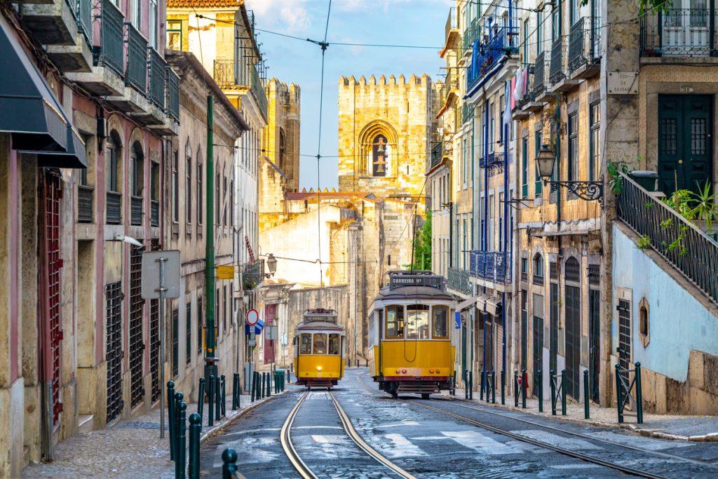 Gli iconici tram, nelle strade di Lisbona (ph. istock)
