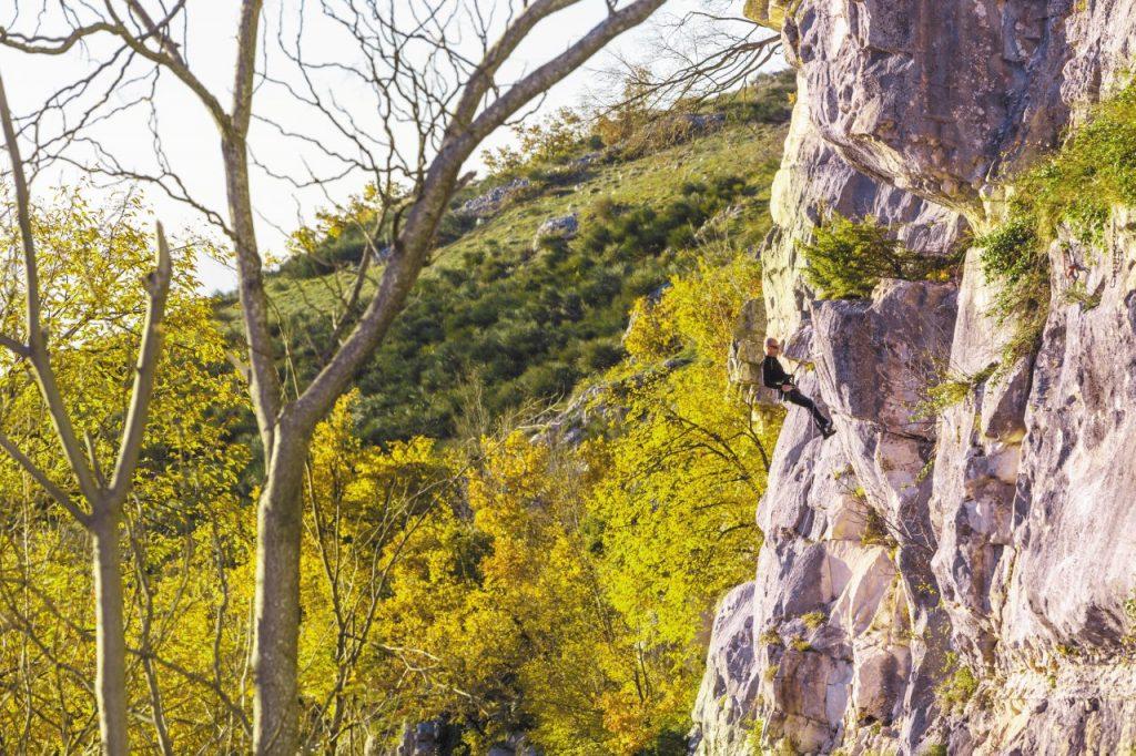 Ci si cimenta nell'arrampicata su roccia con gli istruttori dell'associazione Majellando. Le uscite si prenotano sul sito, dove si trovano anche le info sull'abbigliamento adatto.