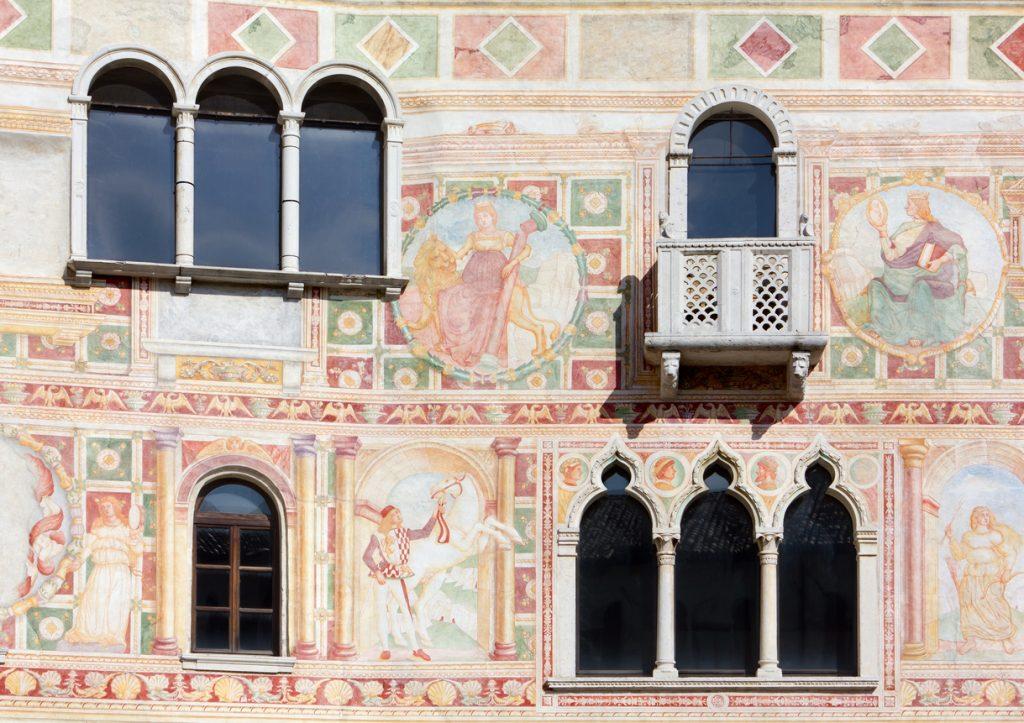Gli affreschi sulla facciata del castello di Spilimbergo (ph. istock)
