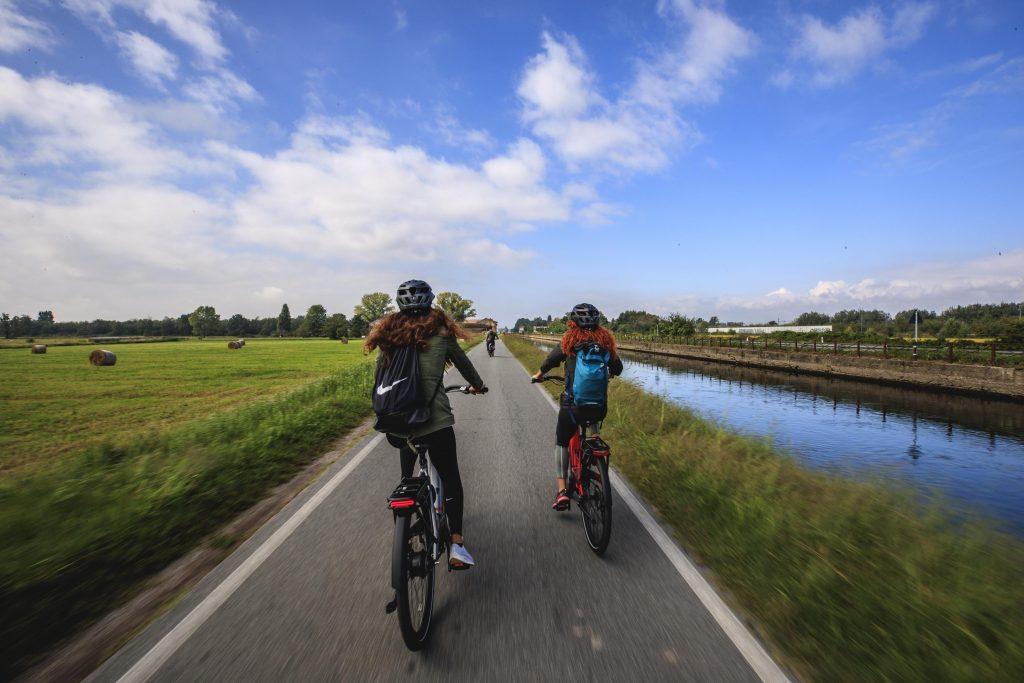 In ebike lungo il Naviglio di Bereguardo (ph. Luca Riva)