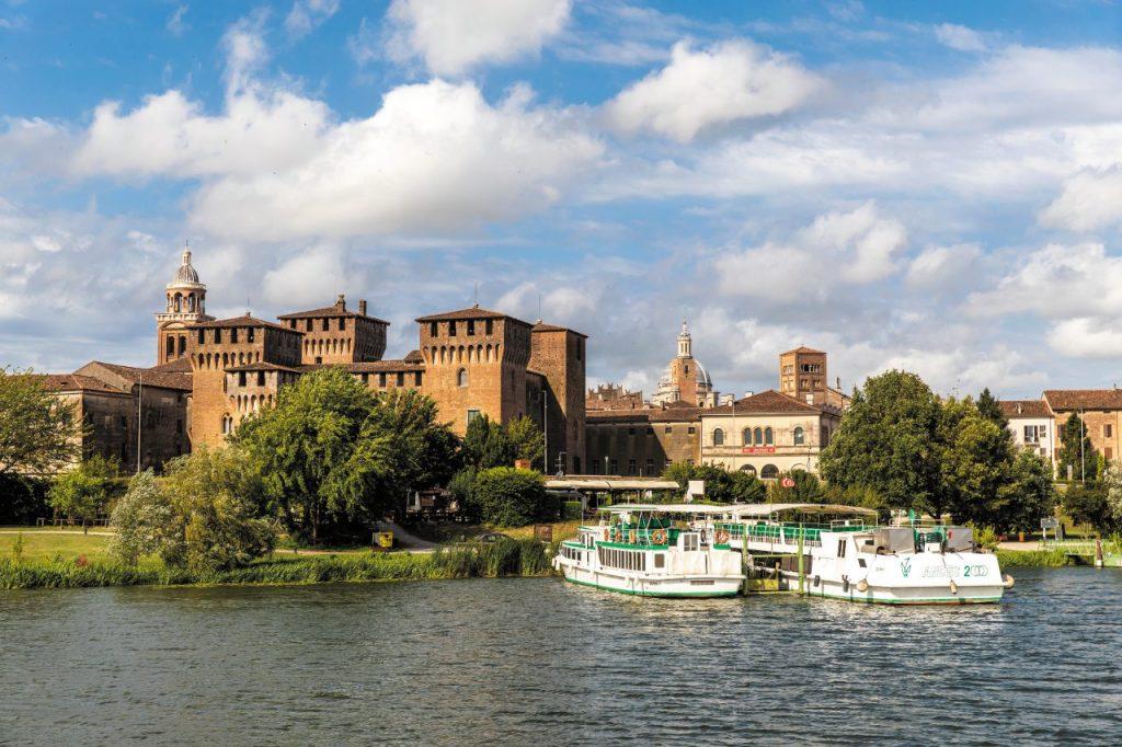 Navi Andes crociere fiume intorno a Mantova