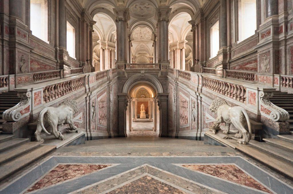 Lo scalone d'ingresso della Reggia di Caserta, uno dei tanti beni aperti durante le Giornate Europee del Patrimonio 2020 (ph. istock)
