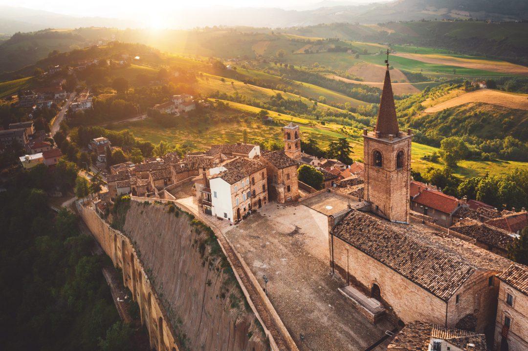 Marche entroterra tra borghi, castelli, vino e foliage