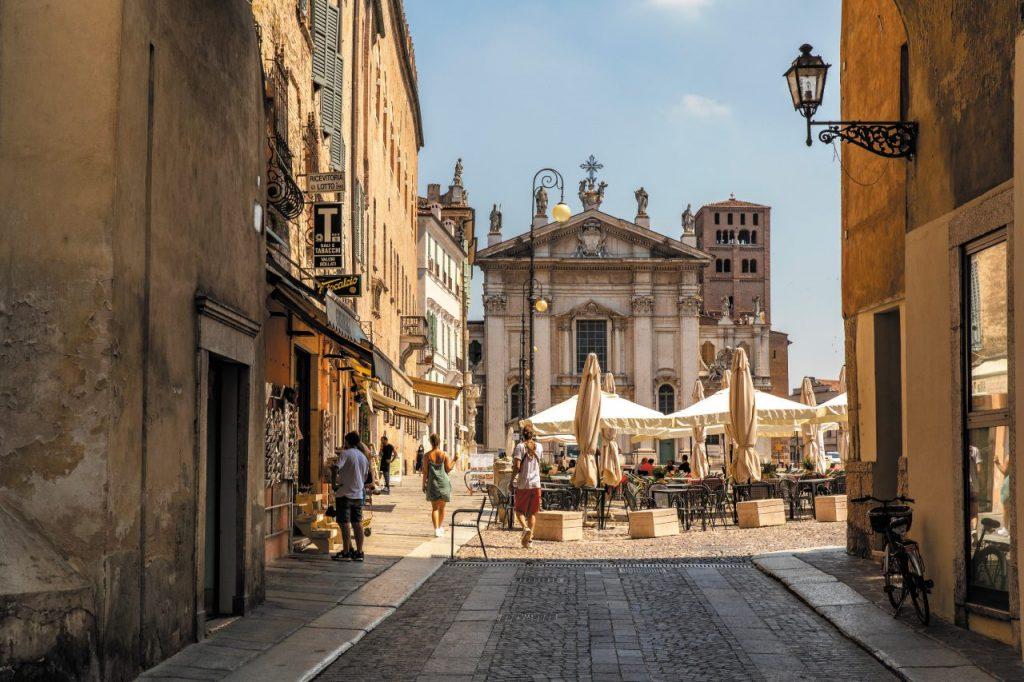 Piazza Sordello, con il Duomo, a Mantova (ph. Giovanni Tagini)