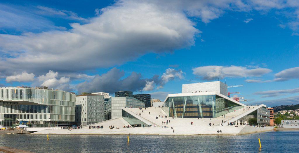 Vista panoramica del lungomare di Oslo, disegnato dall'architettura contemporanea dell'Opera House (ph. istock)