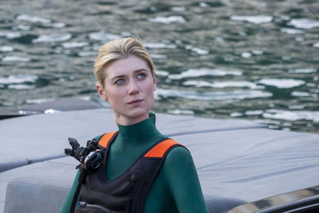 """La Debicki in una scena di Tenet girata sui catamarani. """"Ho provato una sensazione indescrivibile quando tutti e tre eravamo appesi su un lato e la barca si è sollevata dall'acqua. Bello quanto pauroso in realtà ... sicuramente per chi non è un abile marinaio. Ma questo è uno dei doni dei film di Nolan: ti trovi in situazioni che altrimenti non vivresti mai, né testimonieresti""""."""