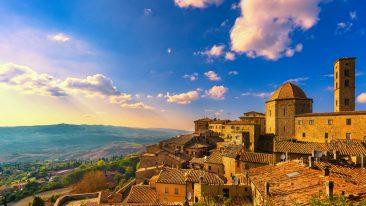 Volterra, in Toscana, protagonista di Una Boccata d'arte. Qui inaugura l'opera di Marinella Senatore (ph. istock)