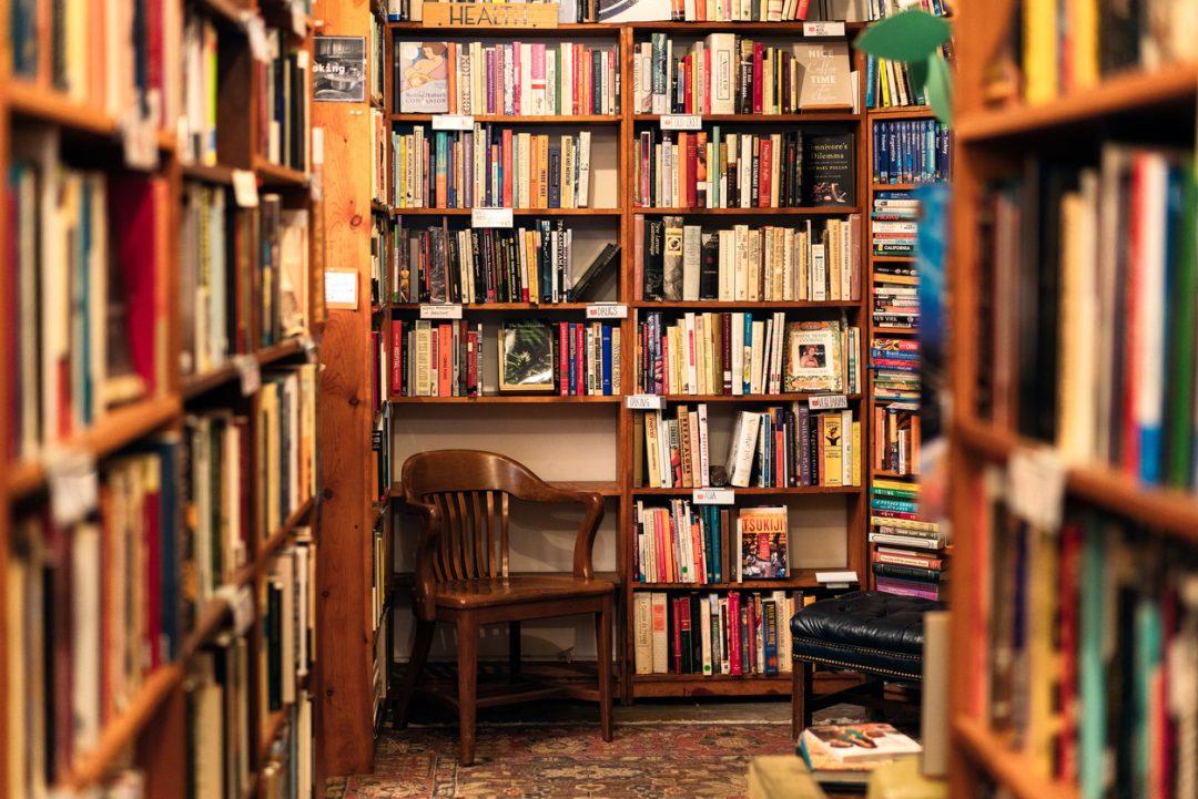La confezione di Eau de Bookstore, fragranza realizzata (in edizione limitata) dalla catena di librerie indipendenti Powell's Book