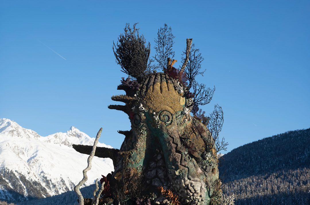 """Un """"monaco"""" di tre metri seduto sul lago: arriva la mostra di Damien Hirst a St. Moritz"""