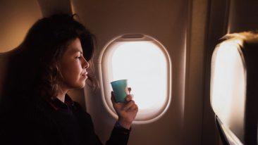 Acqua, tè, caffè: ecco cosa non bisognerebbe mai bere a bordo di un aereo