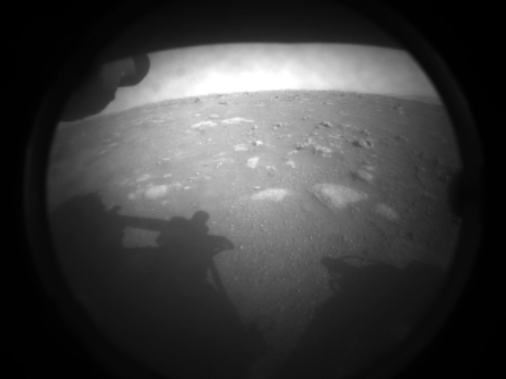 La prima foto inviata da Marte dal rover Perseverance subito dopo l'atterraggio, il 18 febbraio 2021 alle 21.55 ora italiana (ph. NASA/JPL-Caltech)