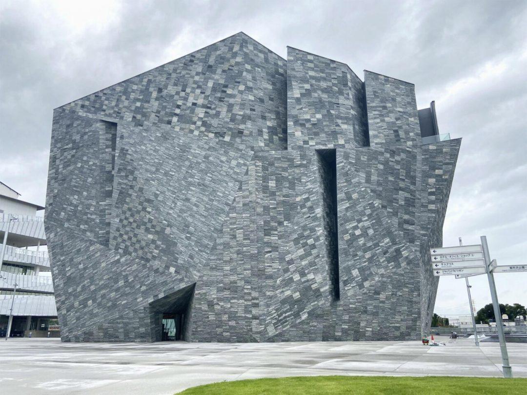 Lo straordinario centro culturale di Tokyo disegnato da Kengo Kuma: dentro un cubo di granito si nasconde una magica biblioteca