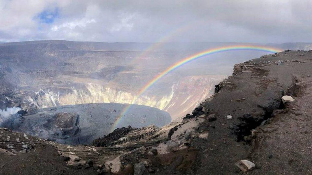 Un arcobaleno nel vulcano in eruzione: la straordinaria foto dalle Hawaii