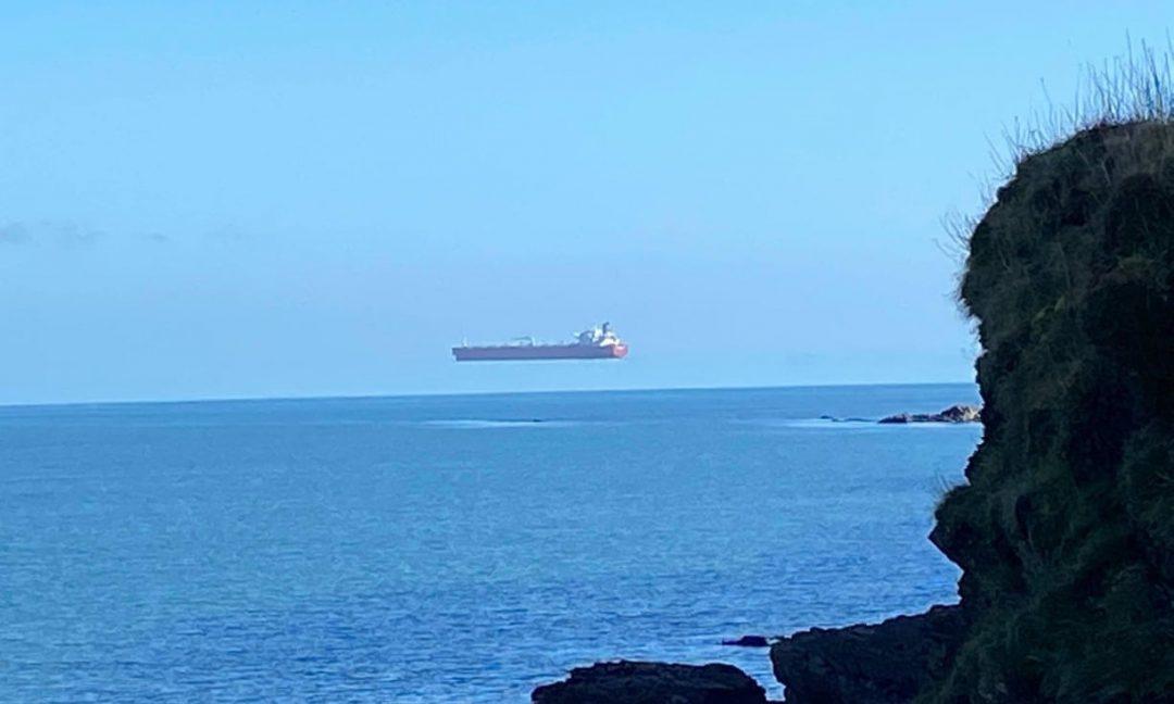 """La foto incredibile (e virale) della nave che """"vola"""" davanti alla costa inglese"""