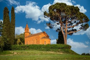 Tra i monti, nella roccia, in riva al mare: 20 chiesette gioiello d'Italia