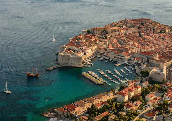 La città di Dubrovnik con le sue imponenti mura (foto: Luka Esenko)