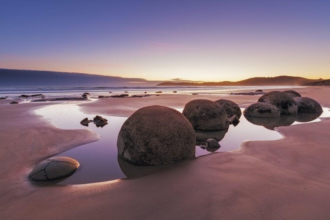 Koekohe Beach, Nuova Zelanda, spiaggia con massi a sfera strana