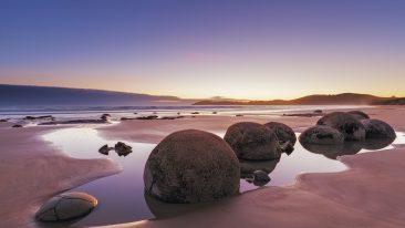 Tra le spiagge strane più belle e particolari del mondo c'è Koekohe Beach