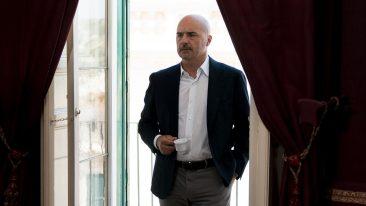 Luca Zingaretti è il Commissario Montalbano, nel nuovo film Il Commissario Catalanotti. Qui trovate trama, trailer, cast e location