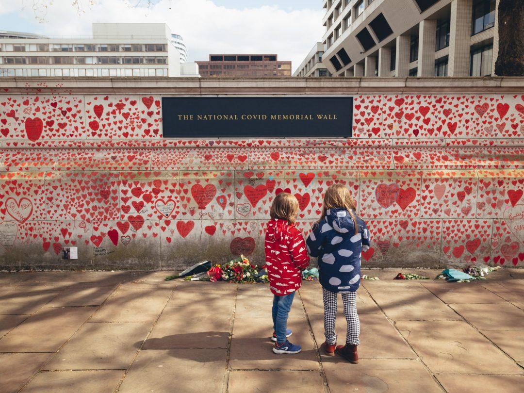 Un murale a Londra per le vittime del Covid-19