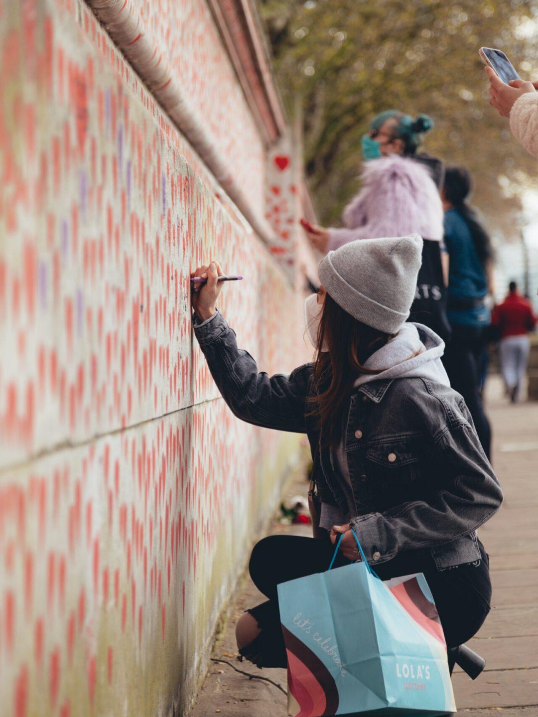 150mila cuori rossi: nel centro di Londra il murale per le vittime del Covid