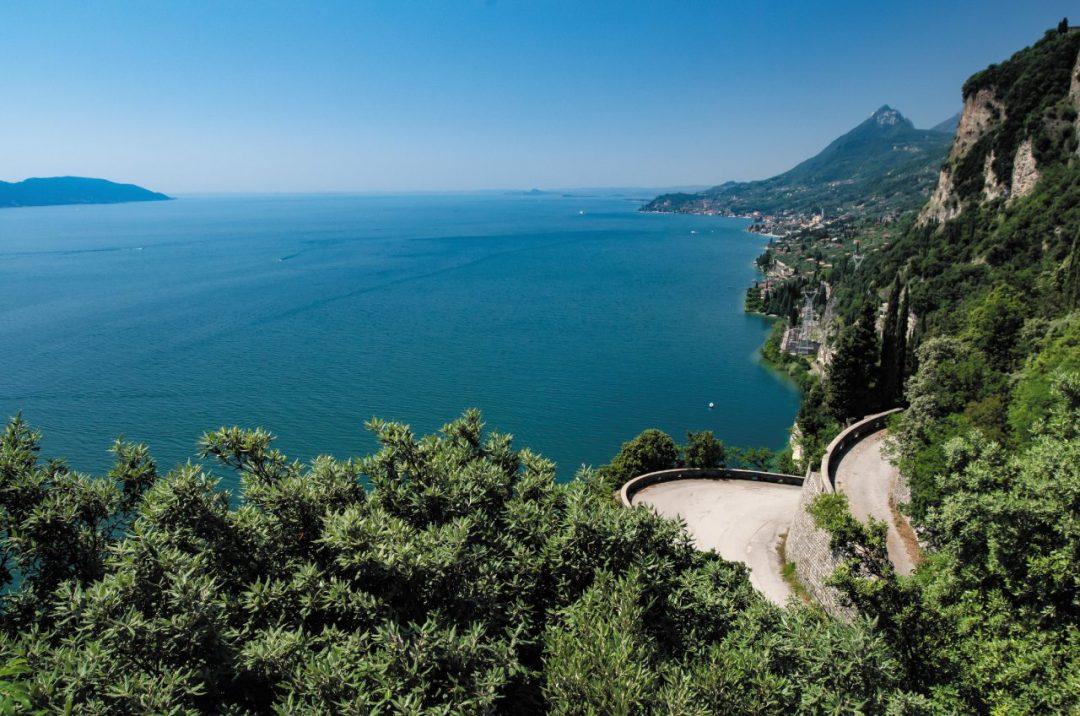 On the road sulla riva occidentale del Garda, tra borghi sul lago, vigneti e oliveti