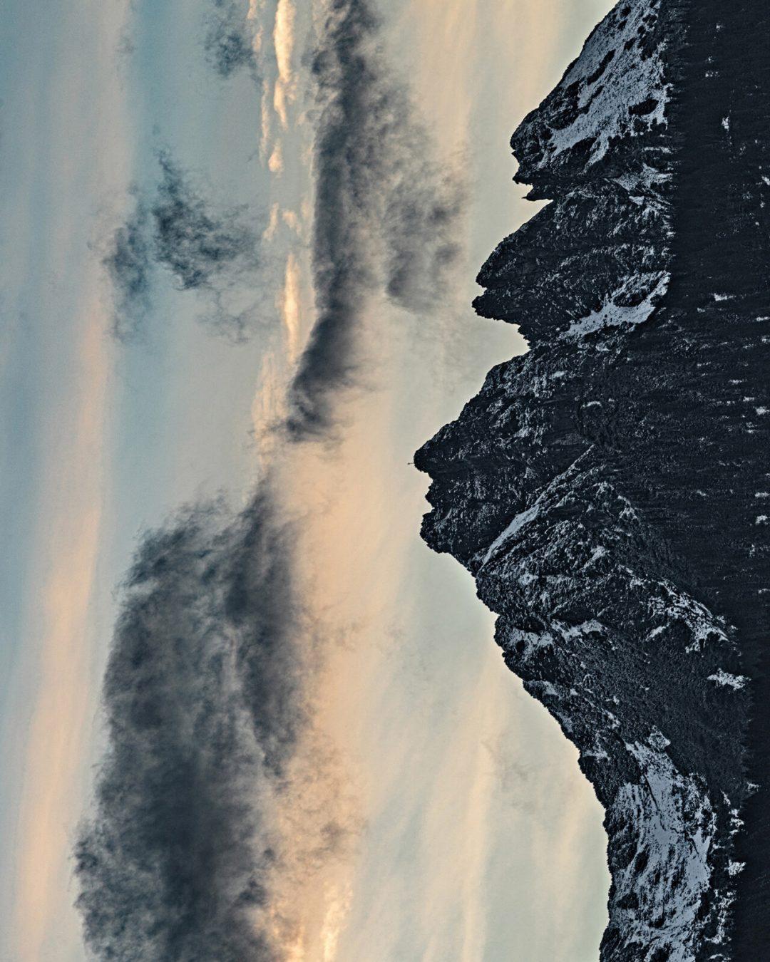 Queste montagne sembrano volti umani (basta ruotare le immagini di 90 gradi)