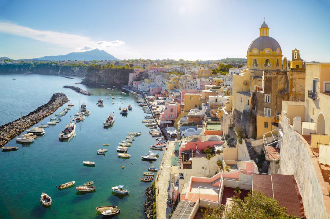 Picnic tra i prati con vista su Capri (Isola di Procida, Napoli)