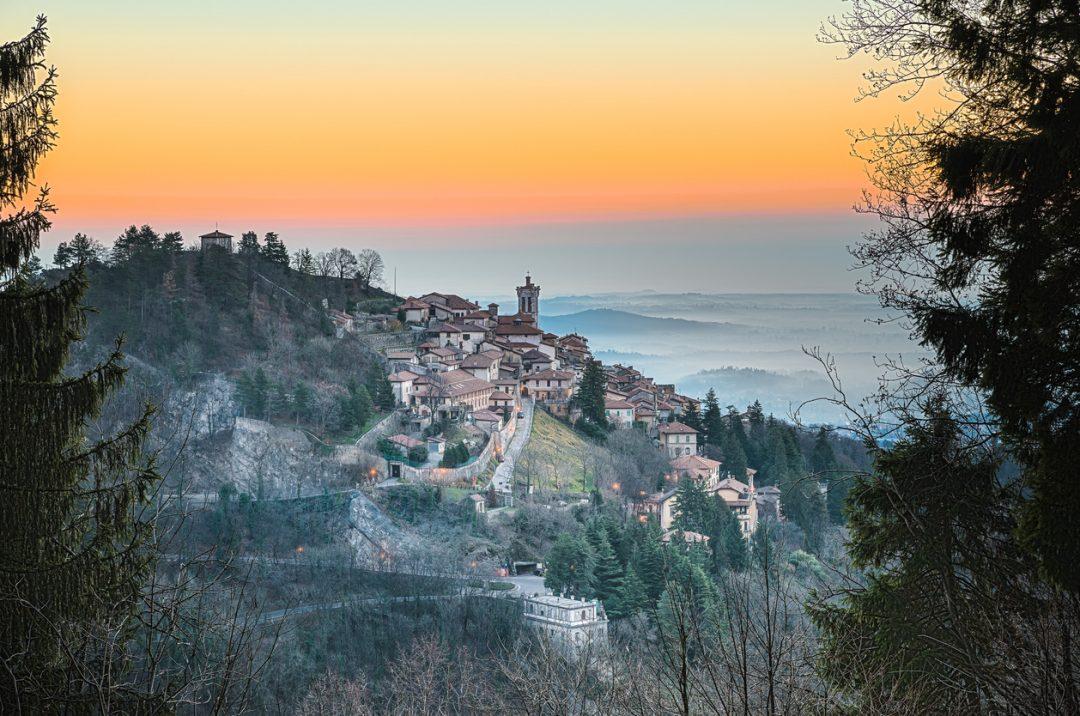Pausa pranzo panoramica all'ombra di cappelle monumentali (Varese, Lombardia)