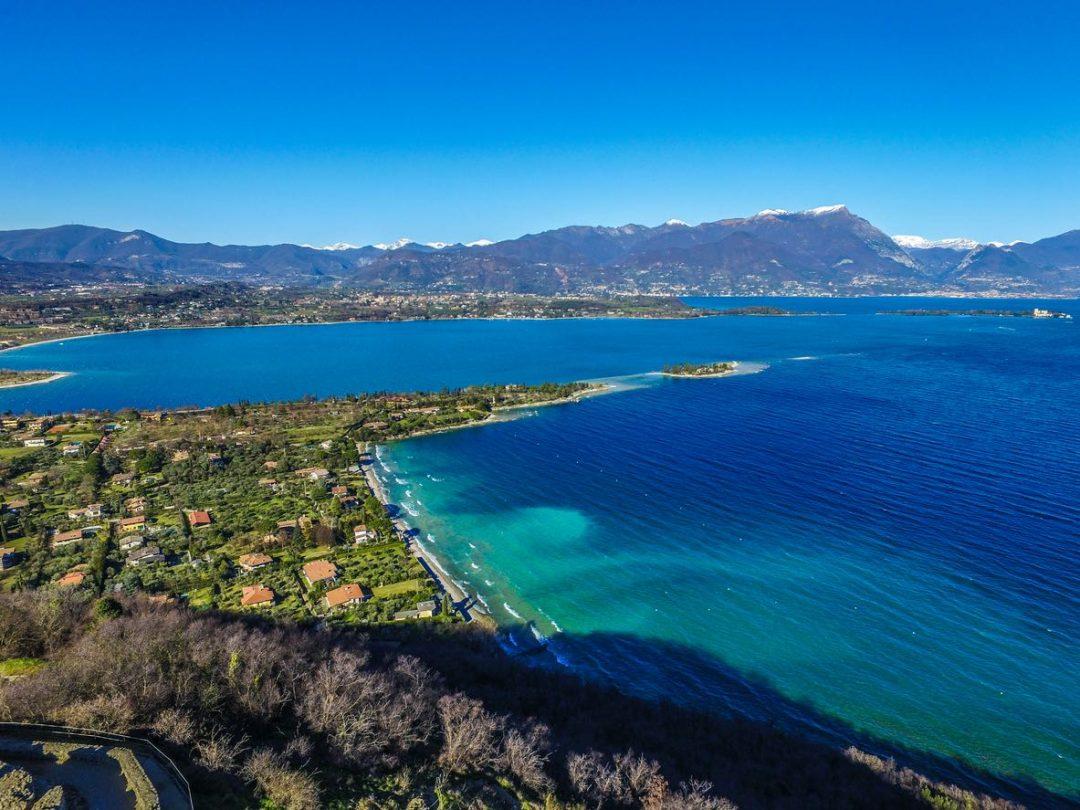 Le migliori spiagge del lago di Garda: da Sirmione a Malcesine, dove andare per un tuffo d'estate
