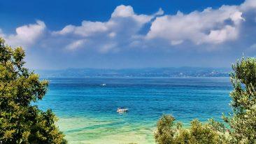 Spiagge Lago di Garda: tra le spiagge di Sirmione, la più bella è Giamaica, vicino alle Grotte di Catullo