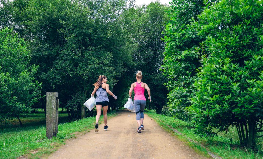 """Fare trekking raccogliendo rifiuti: ecco il """"plogging"""", lo sport che fa bene anche all'ambiente"""