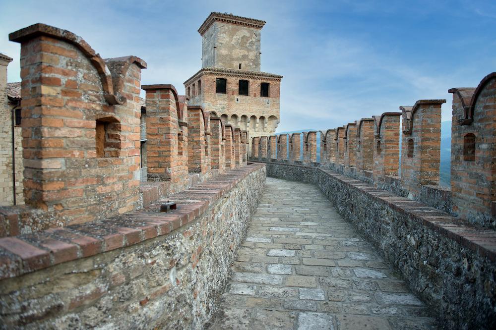 Colli piacentini: il vin santo di Vigoleno, il castello, le sue mura, la fontana