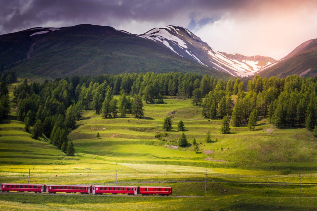 Chi non ha mai voluto salirci? Il trenino rosso nel cuore delle Alpi