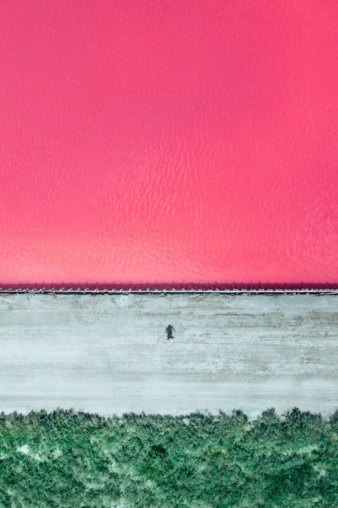 Aigues-Mortes, Francia: la salina rosa più bella del Mediterraneo negli scatti dall'alto di un fotografo italiano