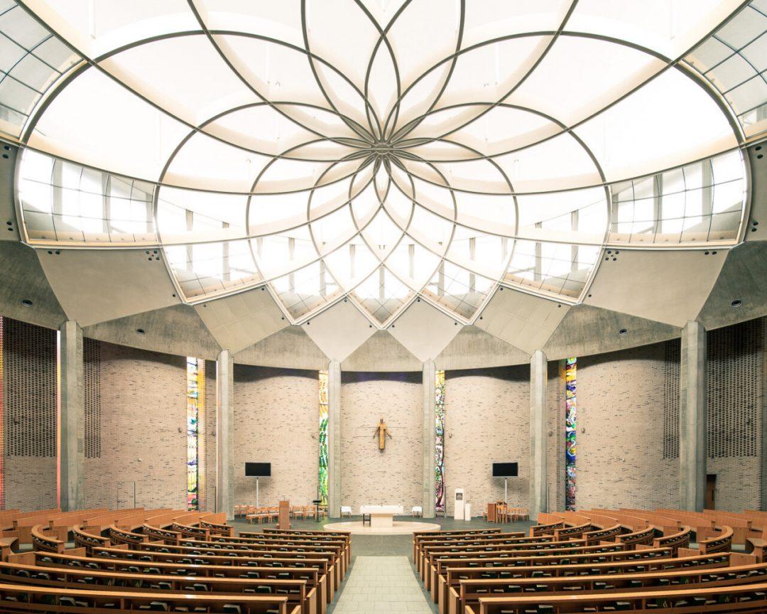 I maestosi interni delle chiese moderniste in Europa: gli scatti di Thibaud Poirier
