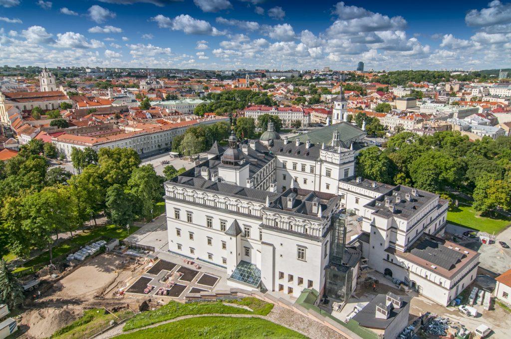 Vilnius, con la sua bianca cattedrale nel cuore del centro storico protetto dall'UNESCO. (ph: iStock)