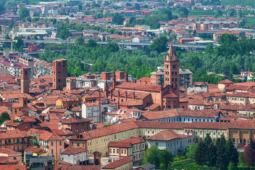 Alba, piazze, vie e città sotterranea