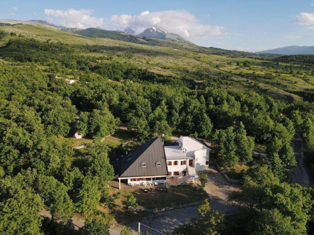 Turismo sostenibile: il lodge nel Parco della Majella nato dalla ristrutturazione di un ecomostro
